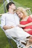 De slaap van het paar in hangmat Stock Foto's