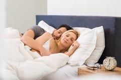 De Slaap van het paar op Bed Royalty-vrije Stock Fotografie