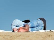 De slaap van het paar op het strand royalty-vrije stock afbeeldingen