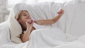De slaap van het pre-tienermeisje thuis stock footage