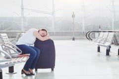 De slaap van de vrouwenpassagier in de luchthaven stock afbeelding