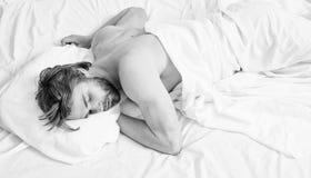 De slaapdutje van de mensen knap kerel op bed hoogste mening Diep slaapconcept Comfortabele matras en hoofdkussens Mensen slaperi royalty-vrije stock fotografie