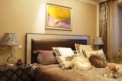De slaapkamer in de flat stock foto's