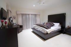 De slaapkamer van Girly in luxeherenhuis Stock Foto