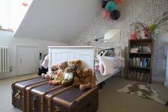 De Slaapkamer van het kind in Eigentijds Familiehuis stock foto