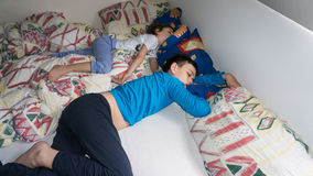 De slaapkinderen ontspannen de rustende familie van jongensbroers Royalty-vrije Stock Foto's