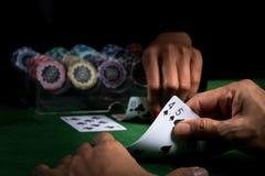De slag in kaartspels van blackjack bij een casino met spaanders  stock foto's