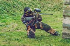 De slag, de spelers en de kanonnen van het Paintballspel Letland, Cesis 2012 Royalty-vrije Stock Foto's