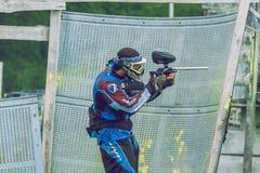 De slag, de spelers en de kanonnen van het Paintballspel Letland, Cesis 2012 Royalty-vrije Stock Afbeeldingen