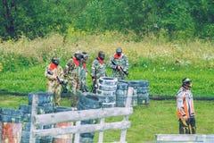 De slag, de spelers en de kanonnen van het Paintballspel Letland, Cesis 2012 Royalty-vrije Stock Afbeelding