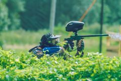 De slag, de spelers en de kanonnen van het Paintballspel Letland, Cesis 2012 Stock Fotografie