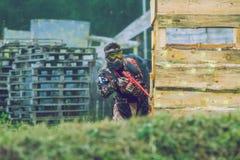 De slag, de spelers en de kanonnen van het Paintballspel Letland, Cesis 2012 Stock Foto's