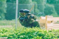 De slag, de spelers en de kanonnen van het Paintballspel Letland, Cesis 2012 Stock Afbeelding