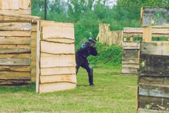 De slag, de spelers en de kanonnen van het Paintballspel Letland, Cesis 2012 Stock Foto