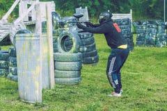 De slag, de spelers en de kanonnen van het Paintballspel Letland, Cesis 2012 Stock Afbeeldingen