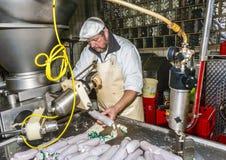 De slager bereidt verse worst voor Royalty-vrije Stock Afbeelding
