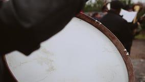 De slagwerker in het orkest voert het deel op de bastrommel uit stock videobeelden