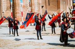 De slagwerker in middeleeuwse parade en vlag-wankelt van de districten Stock Foto