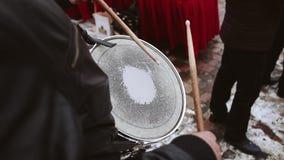 De slagwerker in de orkestspelen op de loodtrommel De trommel hangt op de hals stock footage