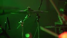 De slagwerker speelt het drumstel bij het overlegclose-up van platen voor ritme Vrouw het spelen zingende kom en het zingen, in p stock footage