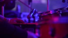 De slagwerker speelt het drumstel bij het overlegclose-up van platen voor ritme Vrouw het spelen zingende kom en het zingen, in p stock videobeelden