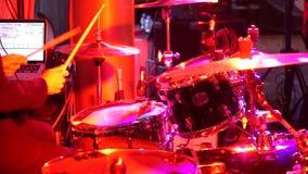 De slagwerker speelt het drumstel in de club stock video