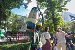 De slagwerker van Senegal met de trommels van de traditievoetbal op de straat royalty-vrije stock foto