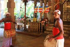 De slagwerkers kleedden zich met traditionele kleren bij Tempel van het Heilige Tandoverblijfsel (Sri Lanka)