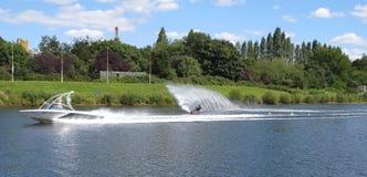 De slalom van het mensenwaterskiën Royalty-vrije Stock Foto's