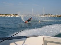 De slalom van het mensenwaterskiën Royalty-vrije Stock Fotografie