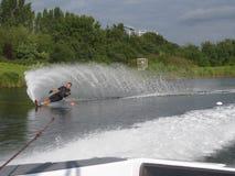 De slalom van het mensenwaterskiën Royalty-vrije Stock Afbeelding