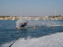 De slalom van het mensenwaterskiën Stock Afbeeldingen