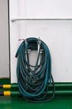 De slang van het water het hangen op pijp Royalty-vrije Stock Fotografie