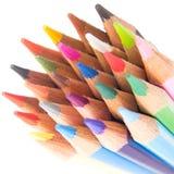 De slanke diagonaal van kleurpotlooduiteinden op wit Stock Fotografie