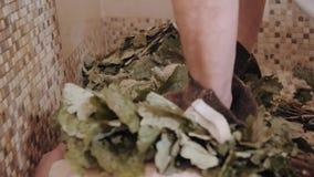 De slanke vrouw in bad krijgt het stomen van massage met hete eiken bladerenbezems, in stoom-ruimte stock videobeelden