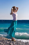 De slanke vrouw geniet van warm zeebries Royalty-vrije Stock Foto