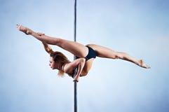 De slanke vrouw van de pooldans Royalty-vrije Stock Afbeelding