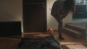 De slaperige de meisjesgeeuwen en struikelingen op rek in woonkamer krijgen boze liften het stock footage