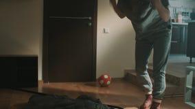 De slaperige de vrouwengeeuwen en struikelingen op rek in woonkamer krijgen boze liften het stock footage