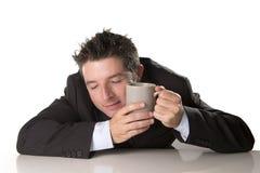 De slaperige holding van de verslaafdenzakenman haalt koffie in cafeïneverslaving weg Royalty-vrije Stock Afbeelding
