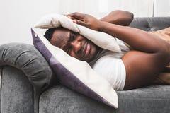 De slaperige kerelontwaken vroeg na het horen van wekkersignaal en willen niet opstaan royalty-vrije stock foto's