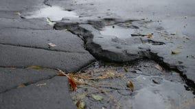 De slechte asfaltkuil is de grote openluchtweg van de vulkleiregen stock video