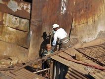 De slechte moeder verzamelt water in Soweto. Stock Foto
