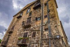 De de slechte muur en vensters van het baksteenhuis in Europa royalty-vrije stock fotografie