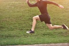 De sleep die van de atletenagent in stadspark lopen Actieve sport, fitness, looppas, opleiding openlucht royalty-vrije stock fotografie