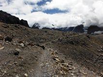 De Sleep van Trekker bij 5400m in Himalayagebergte tijdens Moesson royalty-vrije stock afbeelding