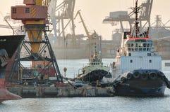 De sleepboot is bij de pijler in de haven royalty-vrije stock foto's