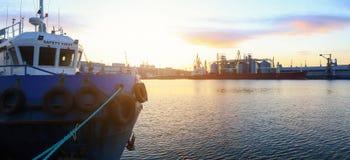 De sleepboot is bij de pijler in de zeehaven royalty-vrije stock afbeeldingen