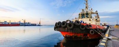 de sleepboot is bij de pijler in de zeehaven royalty-vrije stock foto's
