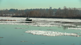 De Sleepboot en Logboom van het rivierijs 4k UHD stock footage